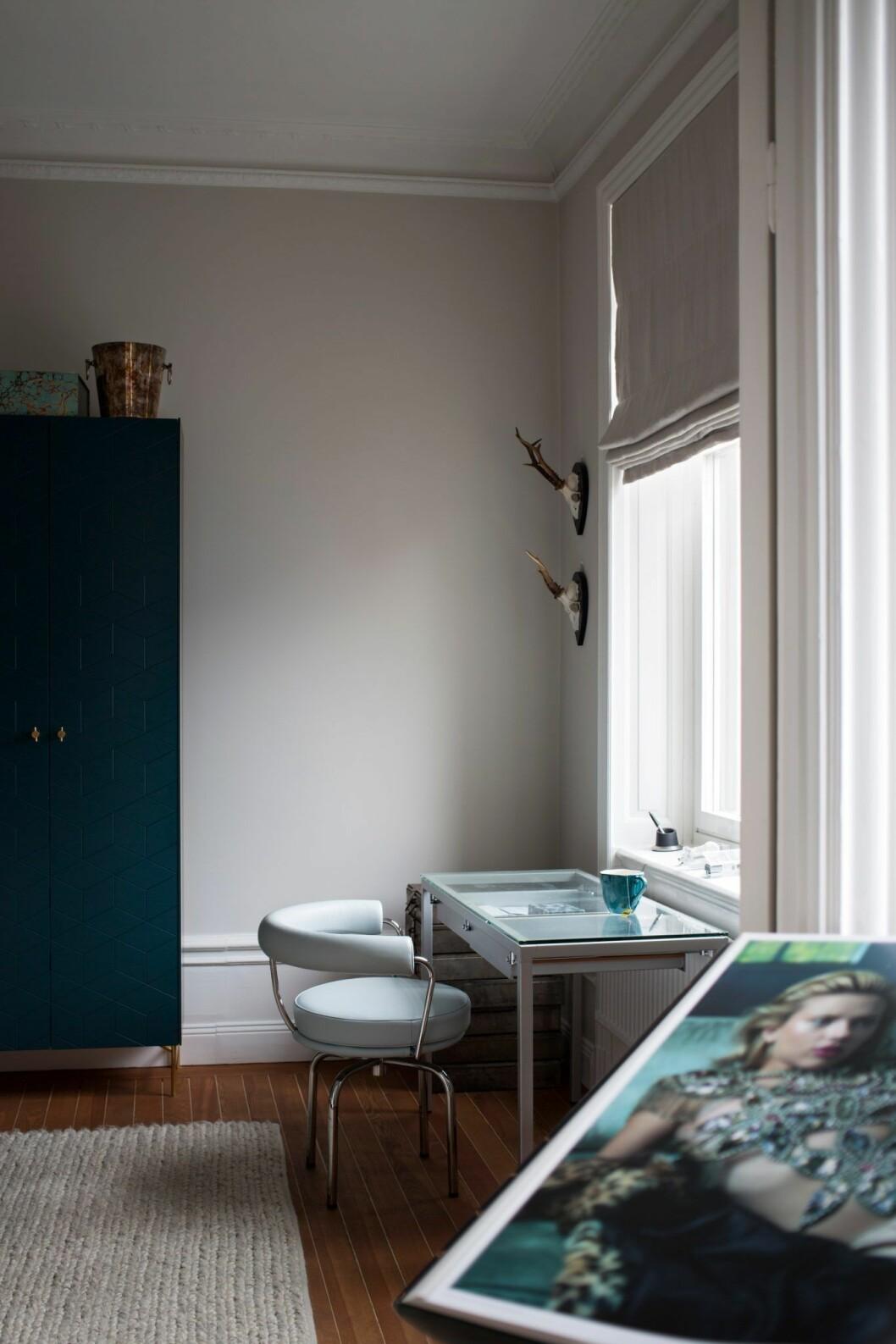 Stilrent hemmakontor i lägenheten på Östermalm, Stockholm