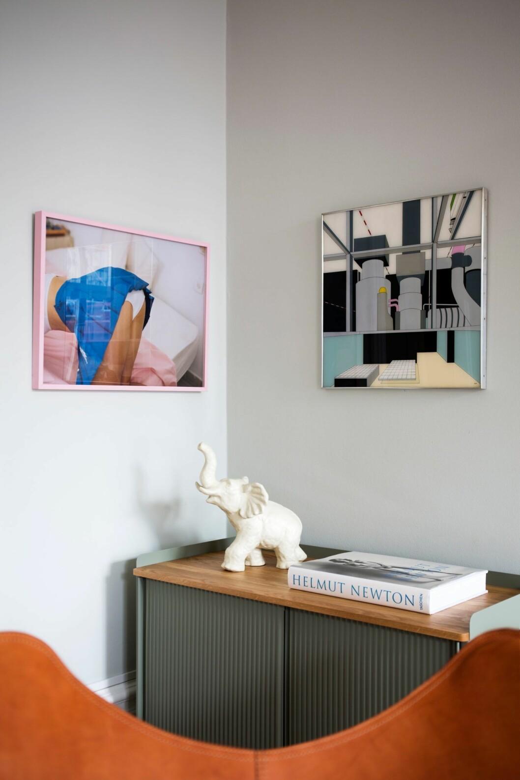 Stilleben och konst på väggarna i lägenheten på Östermalm, Stockholm