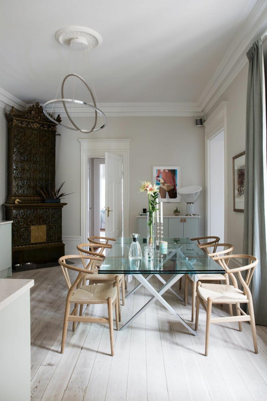 Glasbord och trästolar i lägenheten på Östermalm, Stockholm