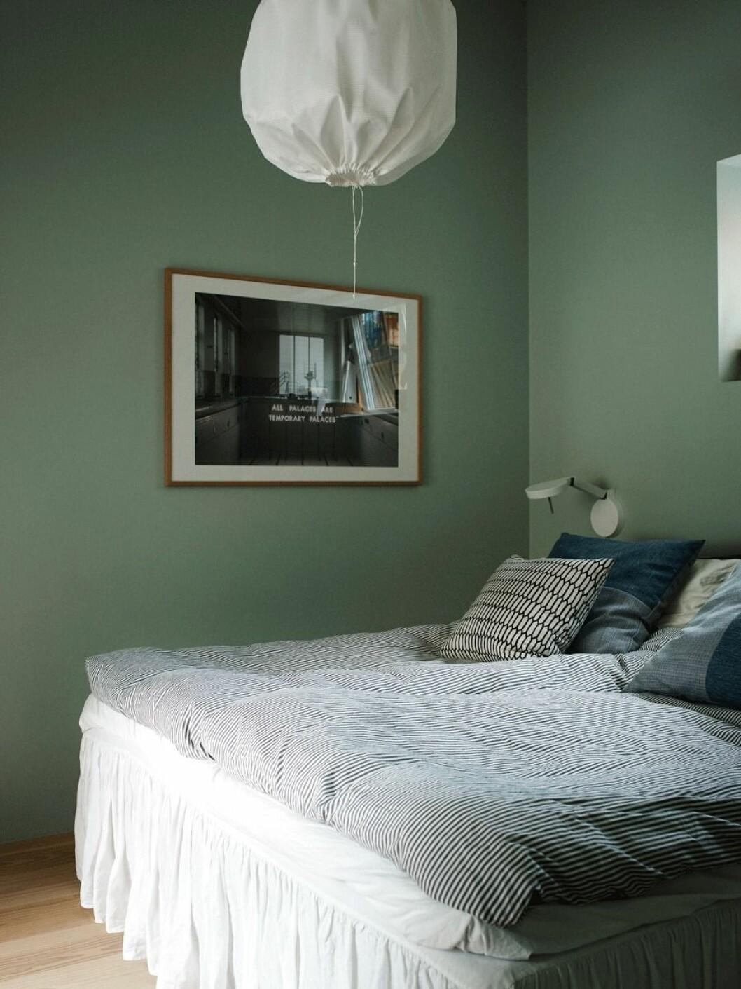 Ljusgrön väggfärg i sovrum, lampa i tyg