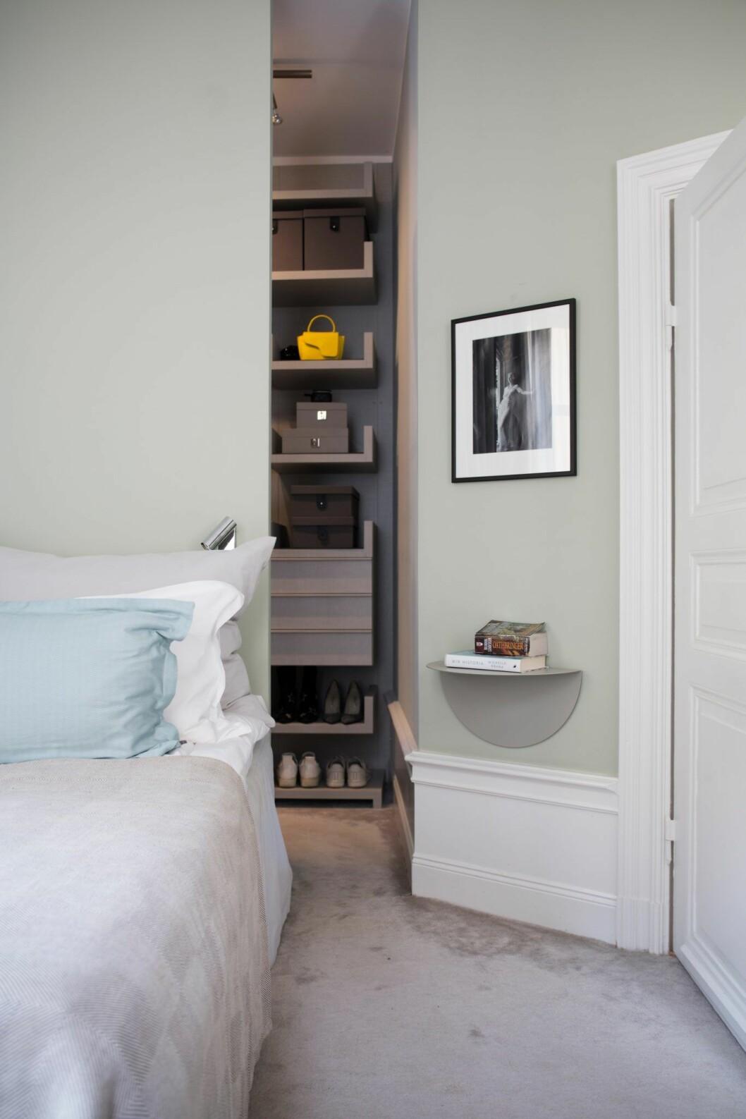 Ljusgrönt sovrum i lägenheten på Östermalm, Stockholm