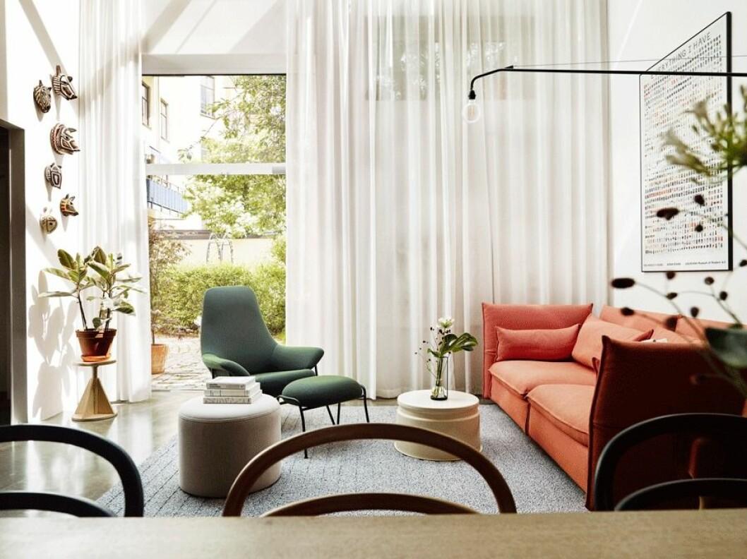 Orange soffa, turkos fåtlöj, ljus fotpall