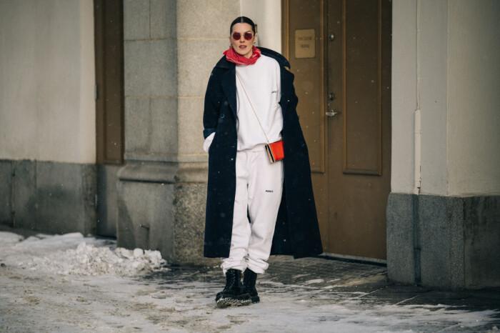 streetstyle stockholm fashion week 2021 vit mjukisdress
