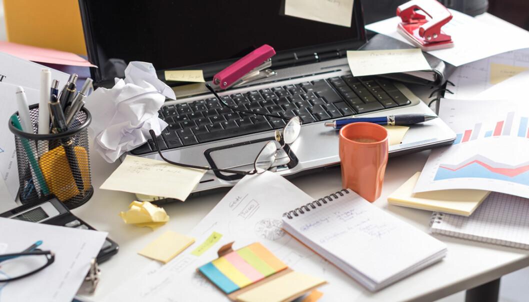 Stökigt skrivbord på jobbet