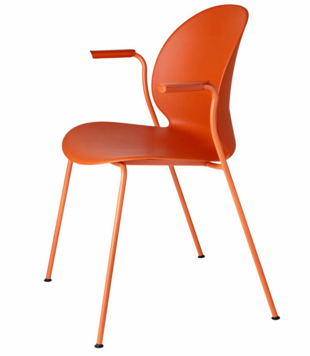 Stolen N02 Recycle i dark orange från Fritz Hansen ger en poppig effekt i köket. Design av Nendo.