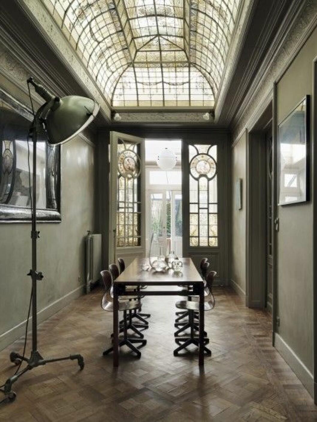 stor golvlampa gammalt bord glastak parkett
