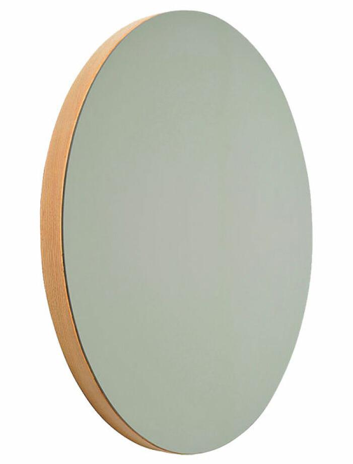 stor rund spegel med träram