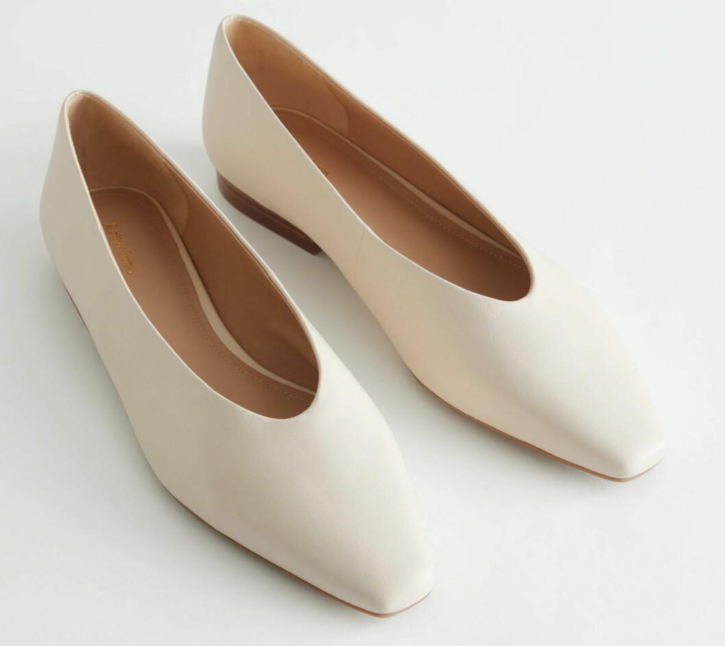 Vita mandelformade skor från & Other stories.