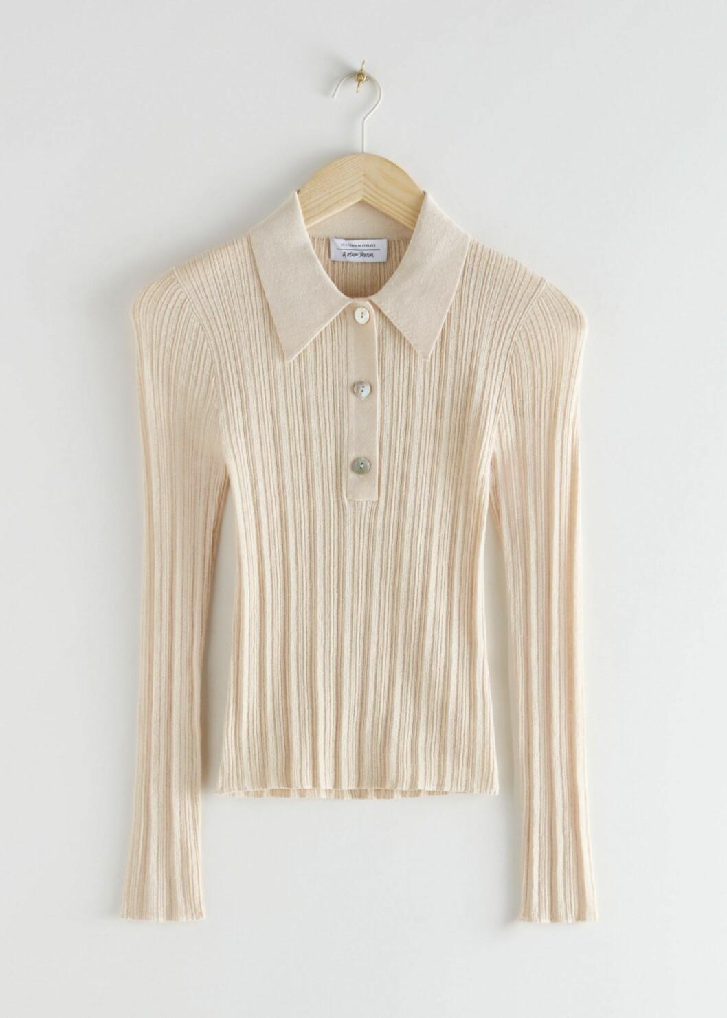 Ribbad tröja i beige från & Other stories med klädda knappar.