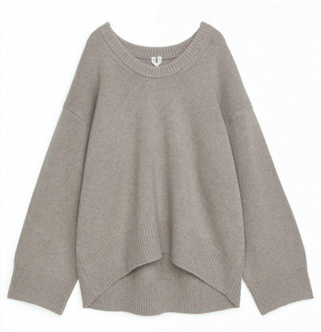 Oversized stickad tröja från Arket i en fin nyans av grå/beige.