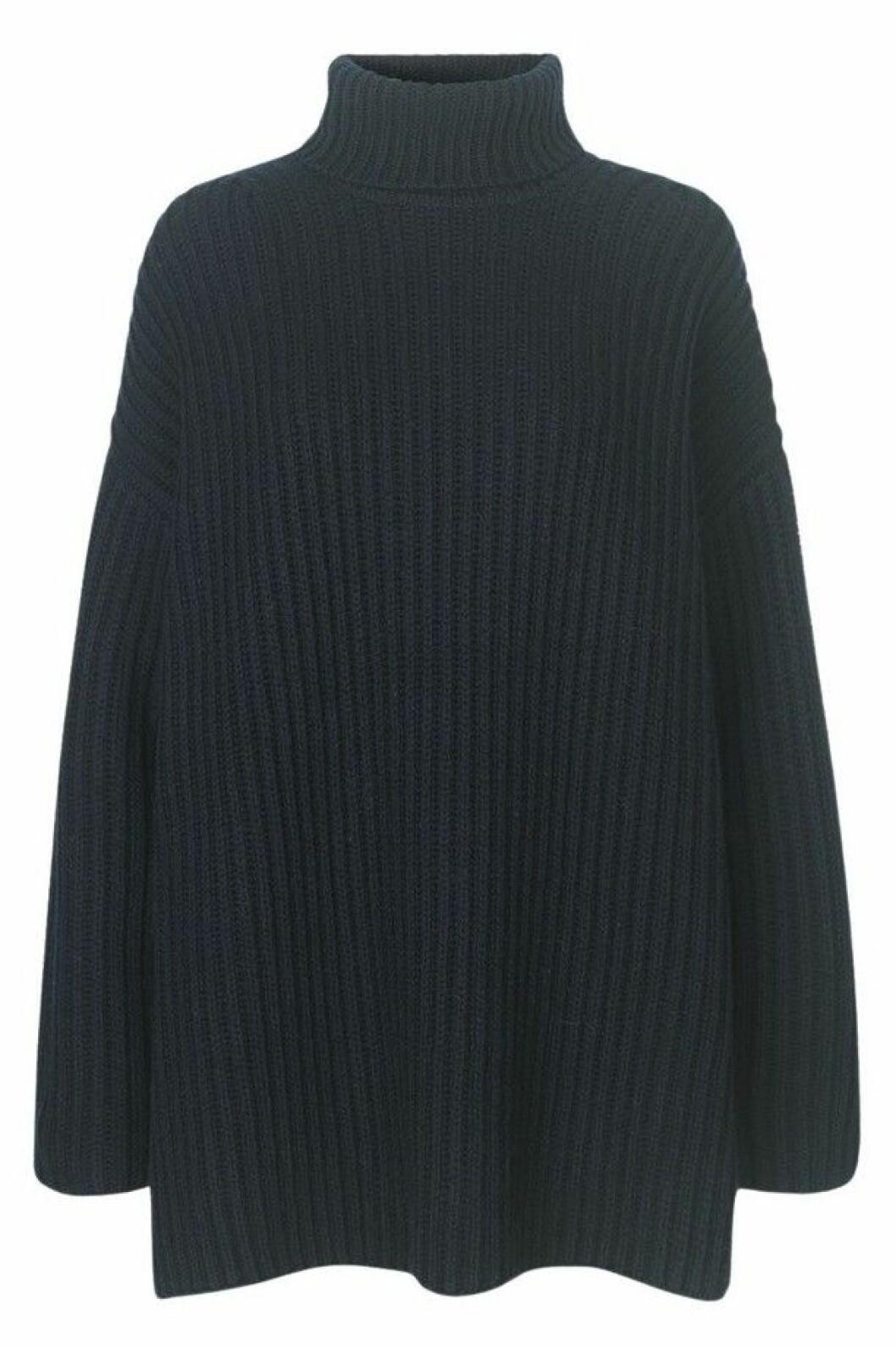 Marinblå stickad tröja från Samsøe Samsøe i oversized modell.