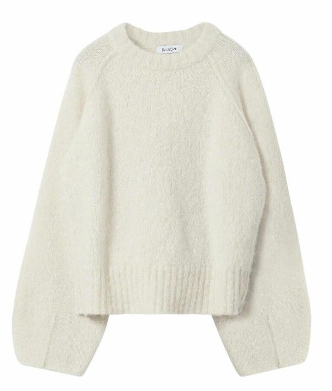 Stickad tröja i vitt med voluminösa ärmar från Rodebjer.