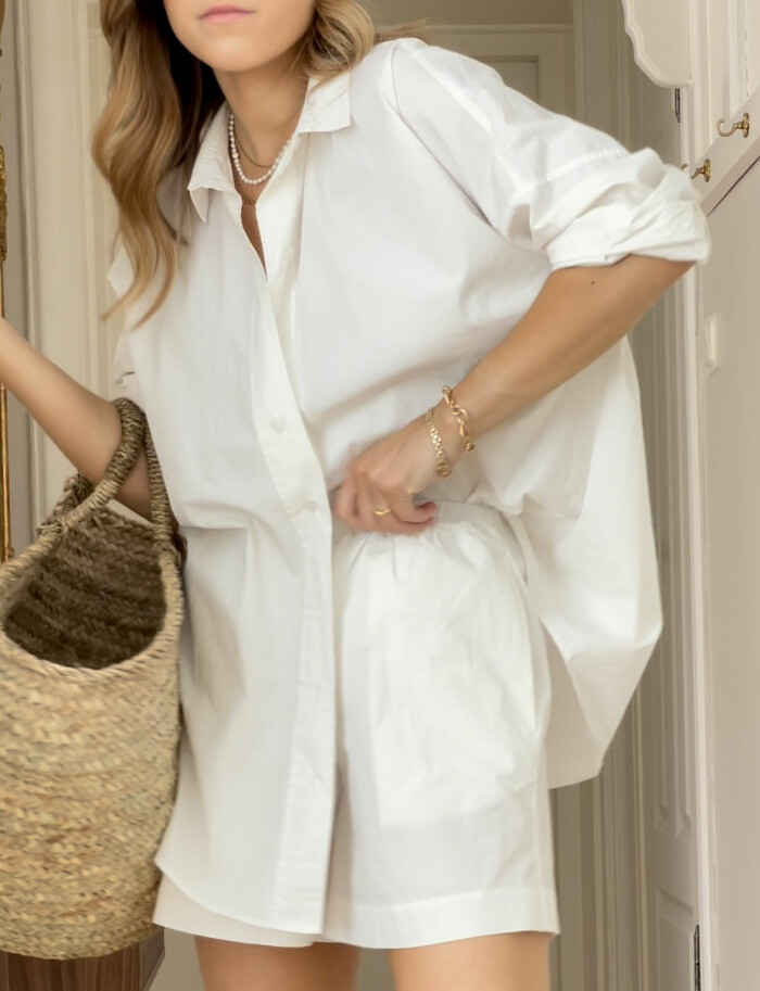 ELLE stylar vita sommarskjortan med set från A part of the art. Skjorta och shorts.