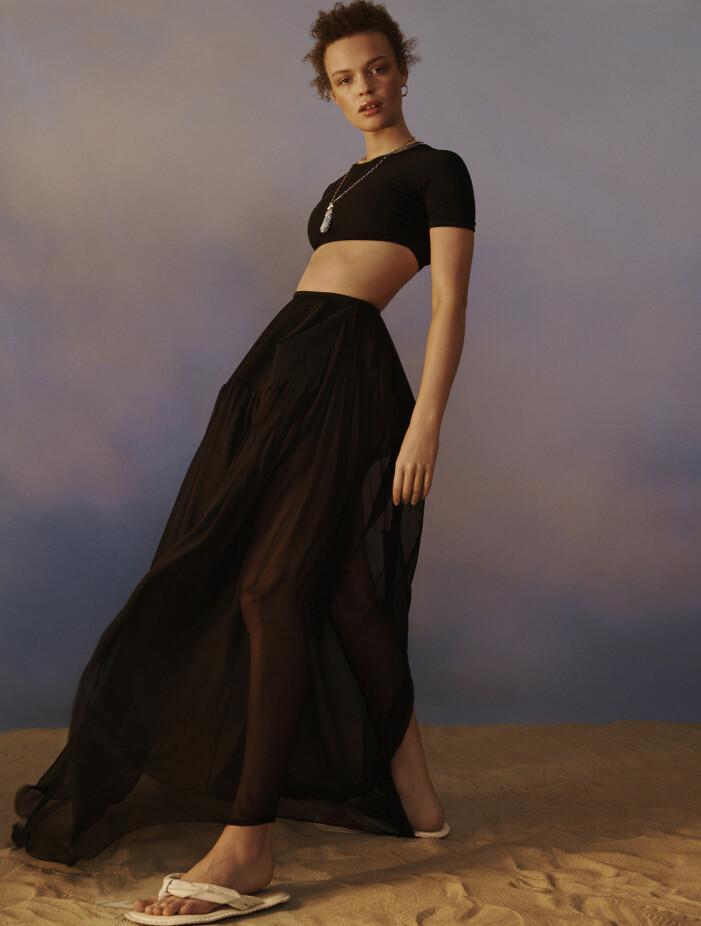 Modellen har på sig svart topp och kjol från Christopher Esber