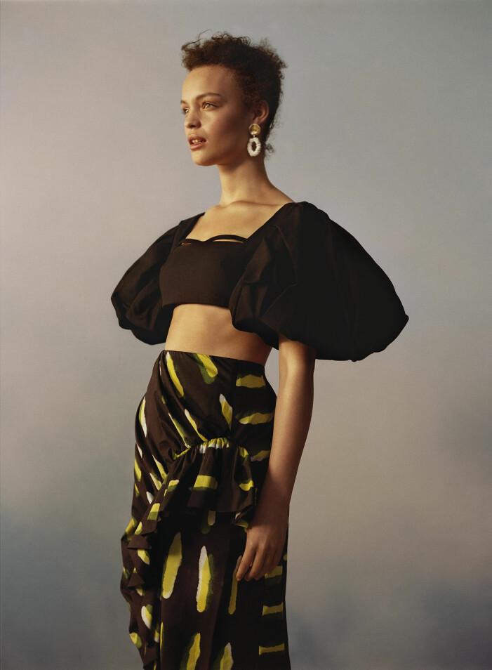 Modellen bär en topp från Jacquemus och kjol från Dires Van Noten