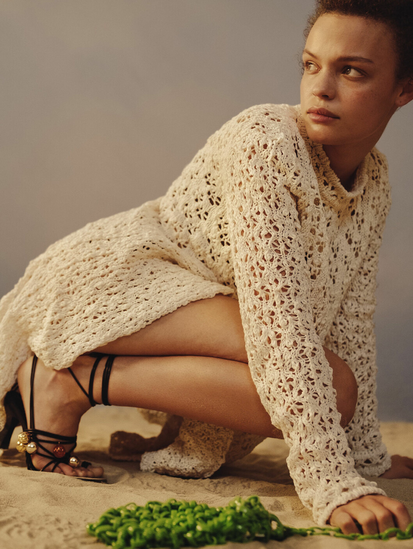 Modellen har på sig tröja från Jil Sander/Mytheresa och skor från JW Anderson