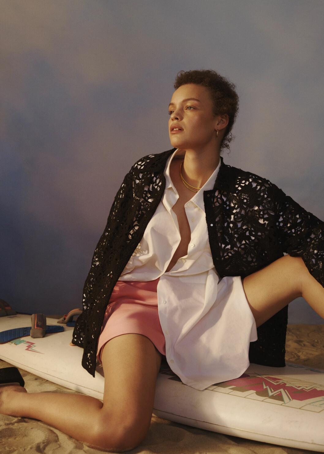Modellen har på sig jacka, shorts och skjorta från Valentino