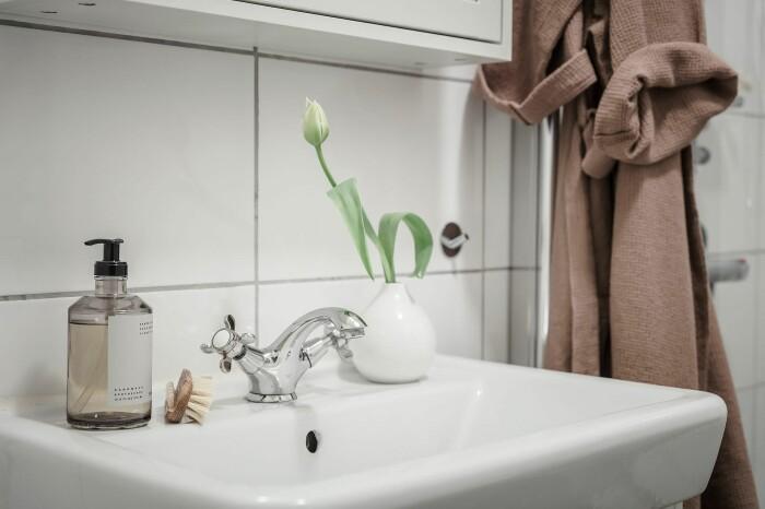styla med växter och blommor i badrummet