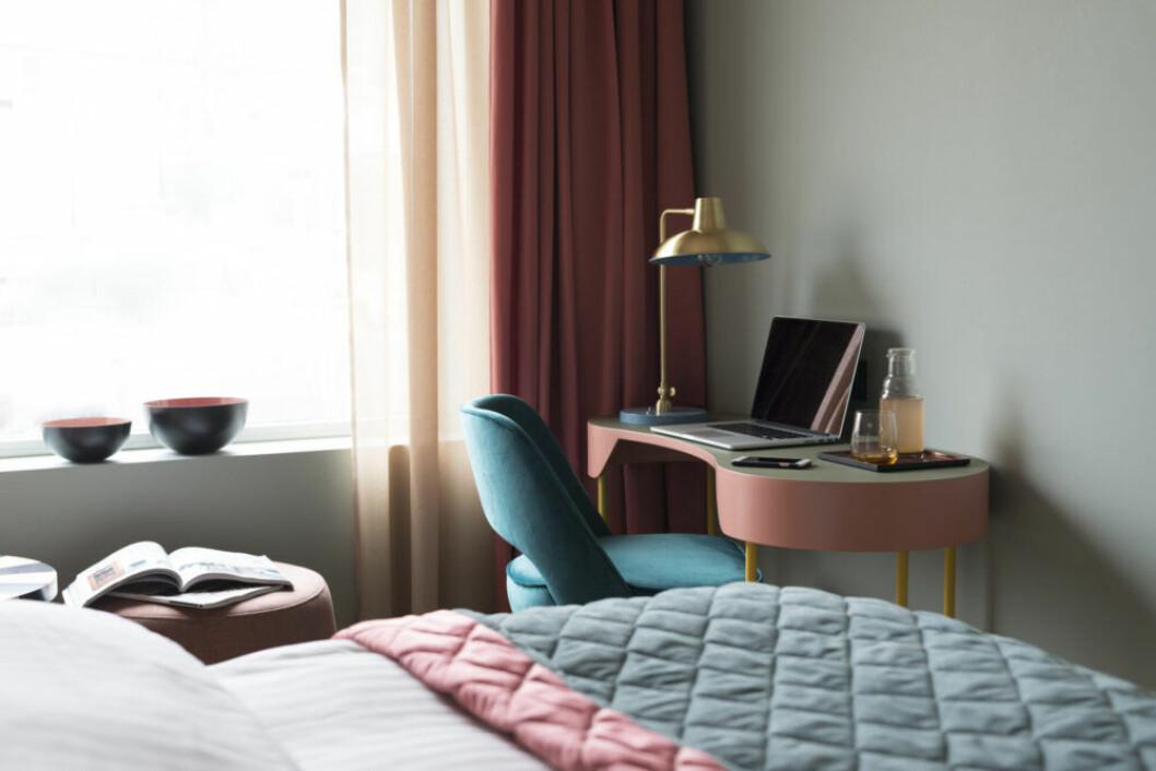 Mjuka pasteller och lyxig sammet är en hotelltrend i sovrummet.