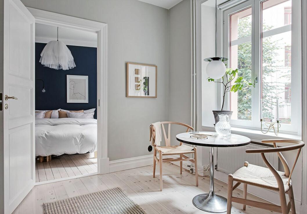 Snygg bostad i skandinavisk stil med sovrum med blå väggar