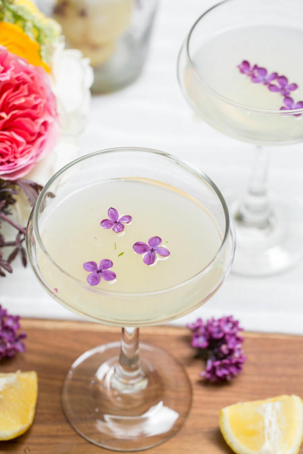 Drink dekorerad med syrénblommor.