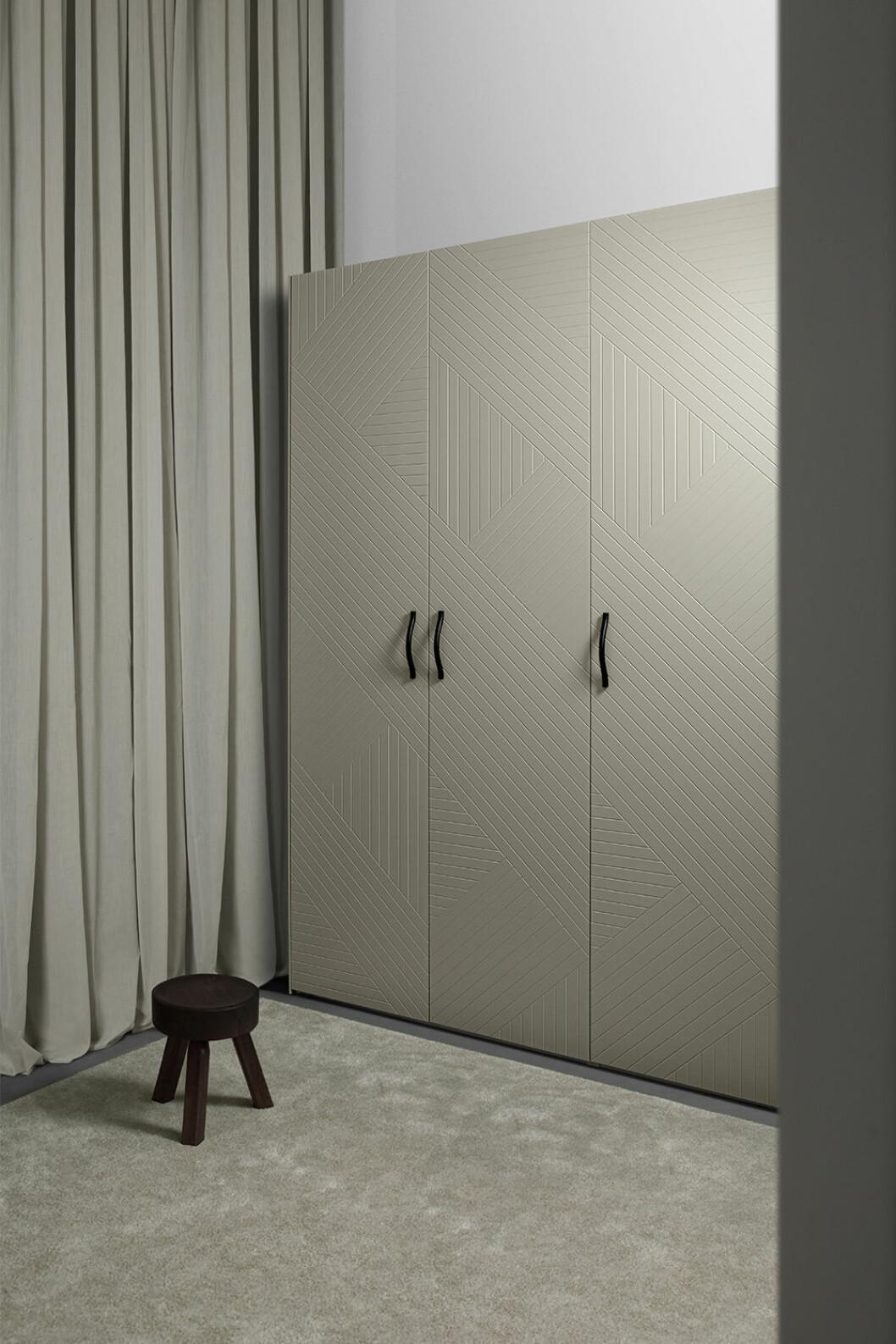 Pax-garderob med dörrar i färgen desert sand från Superfront
