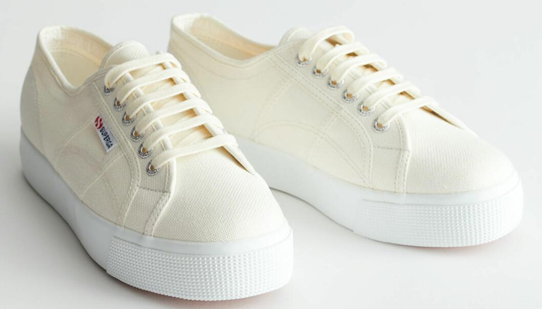 Supergas snygga sneaker i off-white tyg och hög platå.