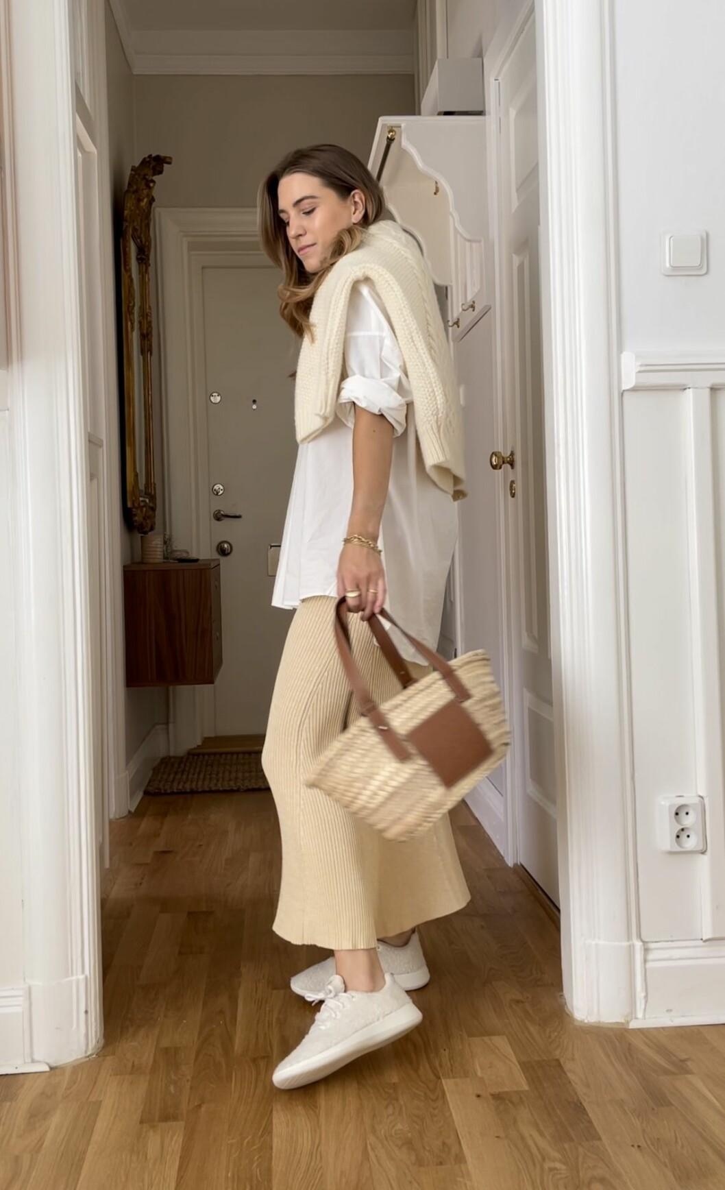 Look från ELLE stylar vita sommarskjortan. Stickad kjol, skjorta, stickad tröja och sneakers.