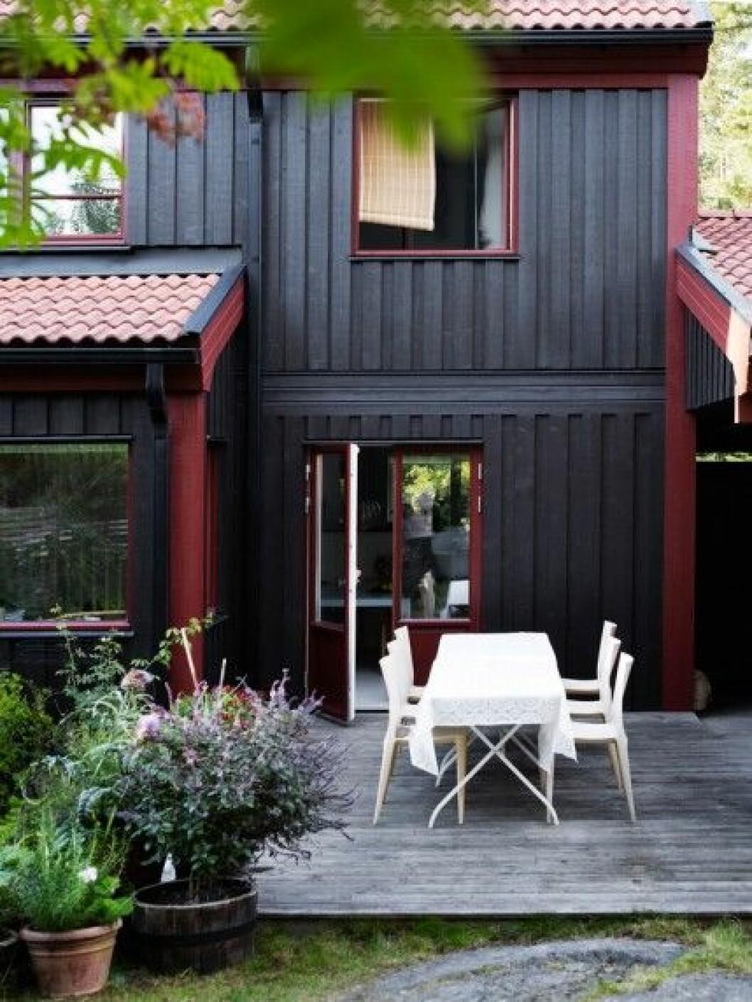 På altanen står Mario Bellini-stolar och ett Ikeabord. – Jag gillar tanken med radhus. De är det bästa av två världar. I vårt hus kan man få en illusion av att bo i skogen, trots att det i själva verket bara är en liten samling träd utanför fönstren. Det är enkelt att sköta men fortfarande nära naturen, säger Rigetta.