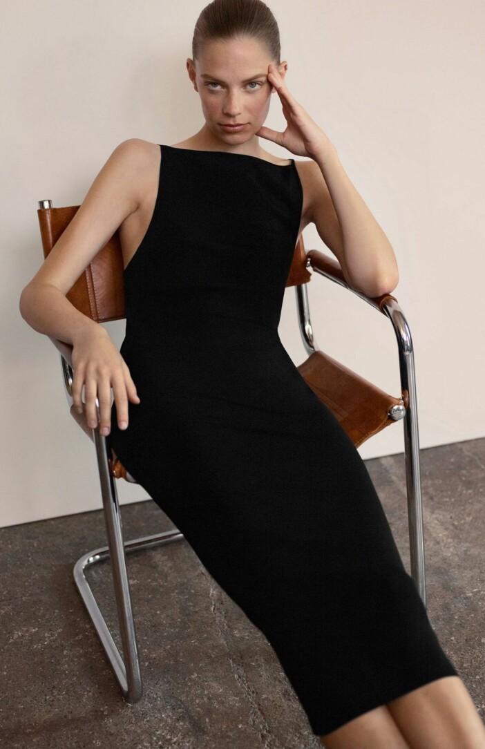 Elegant figurnära klänning från COS med djup urringning i ryggen.