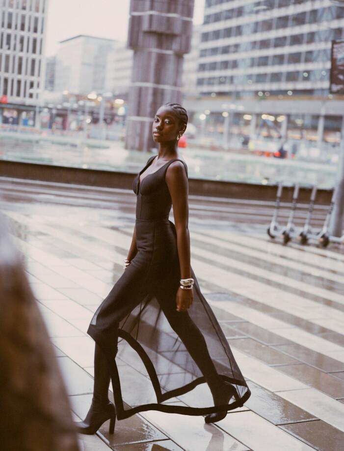 Svart klänning och tights med inbyggda stövlar från Alexander McQueen