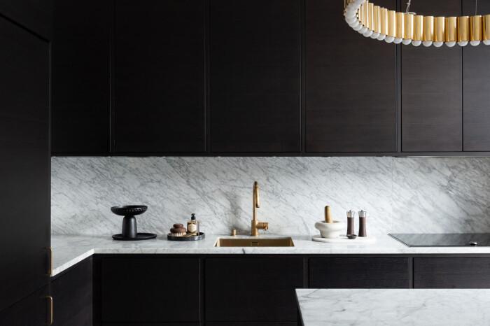 Svart kök med bänk i marmor