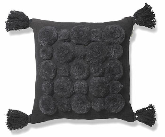 svart kudde med tofsar