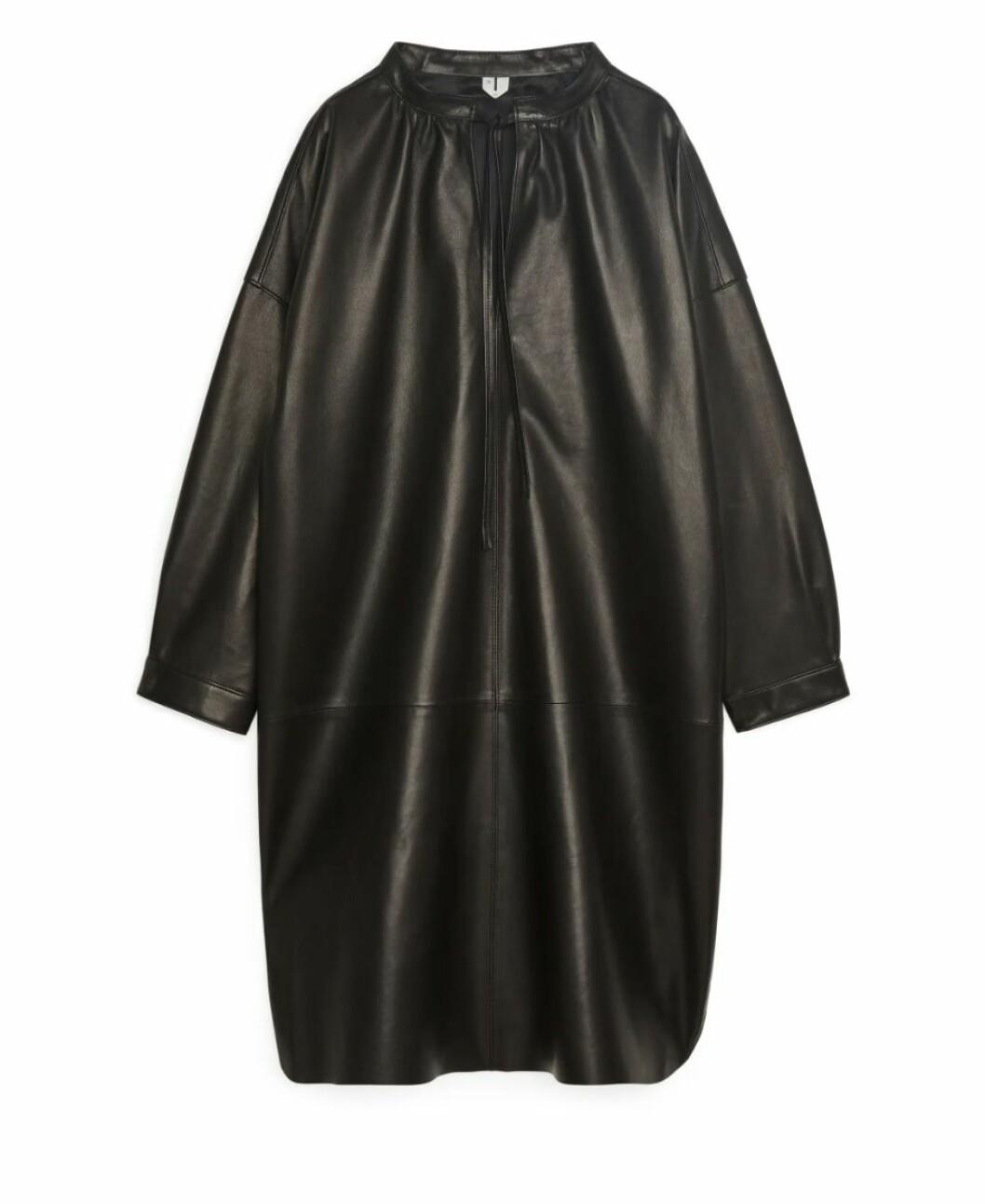 Långärmad läderklänning med knytdetalj från Arket