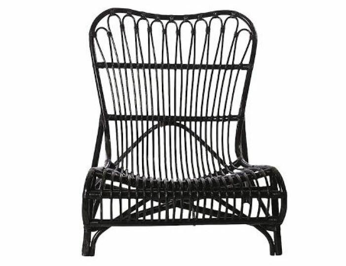 svart rottingstol uteplats