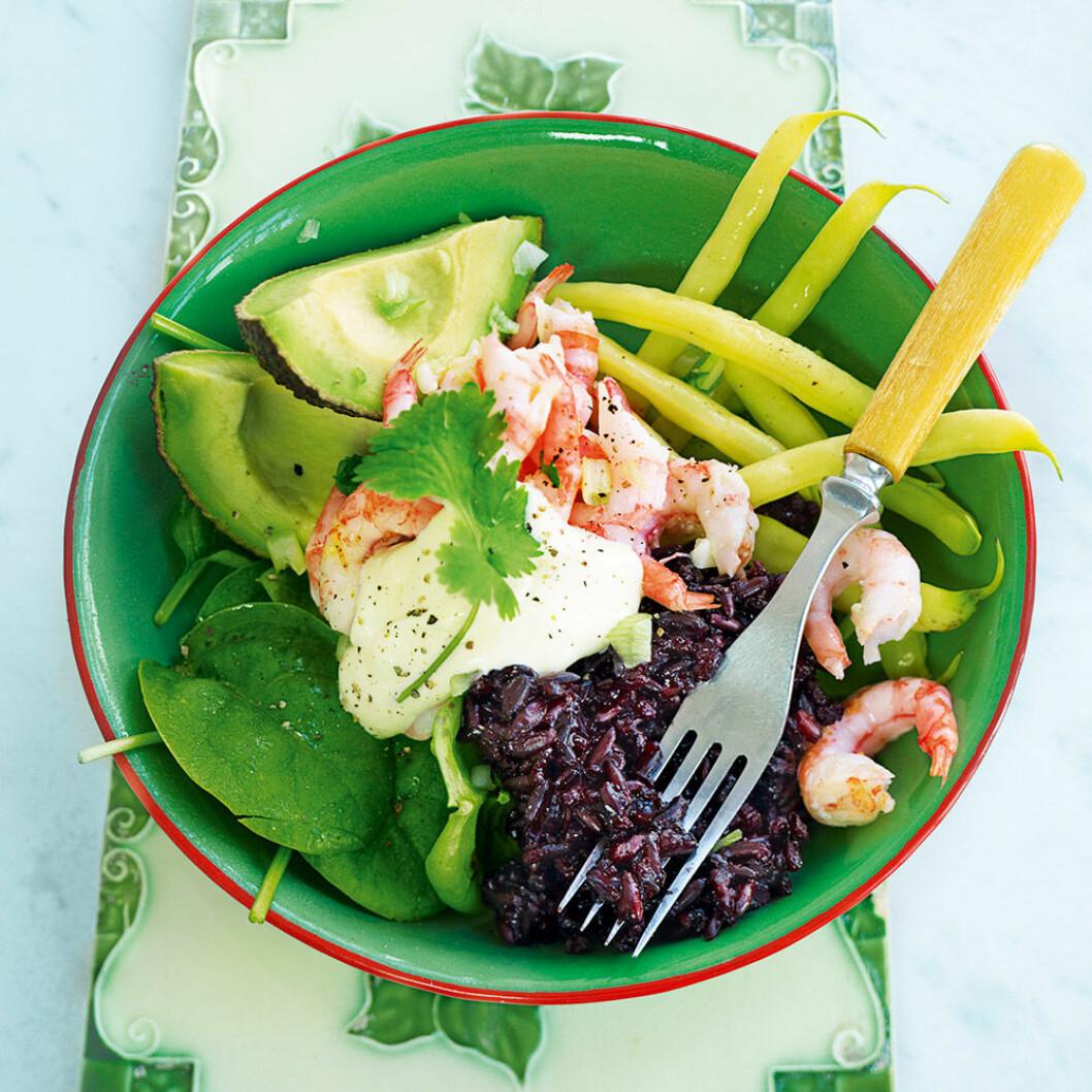 Svart ris med räkor och avokado.