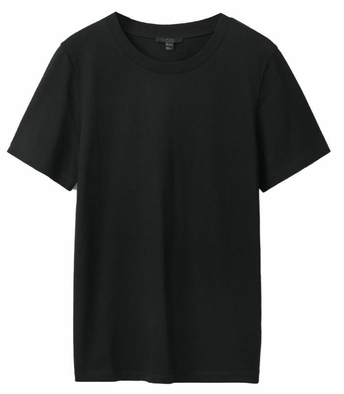 Svart t-shirt från Cos.