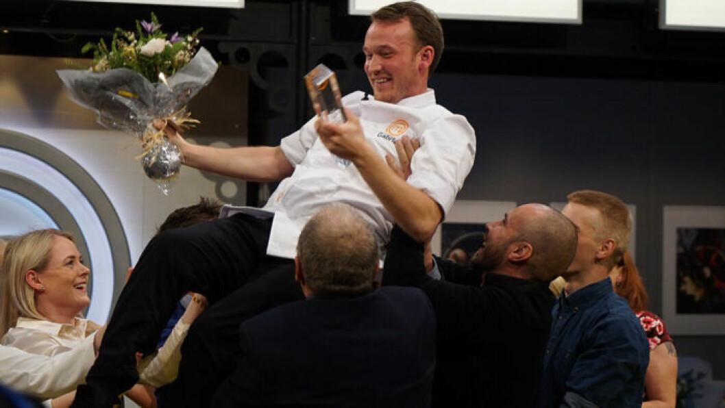 Gabriel Jonsson lyfts upp och gratuleras av de andra Mästerkock-deltagarna.