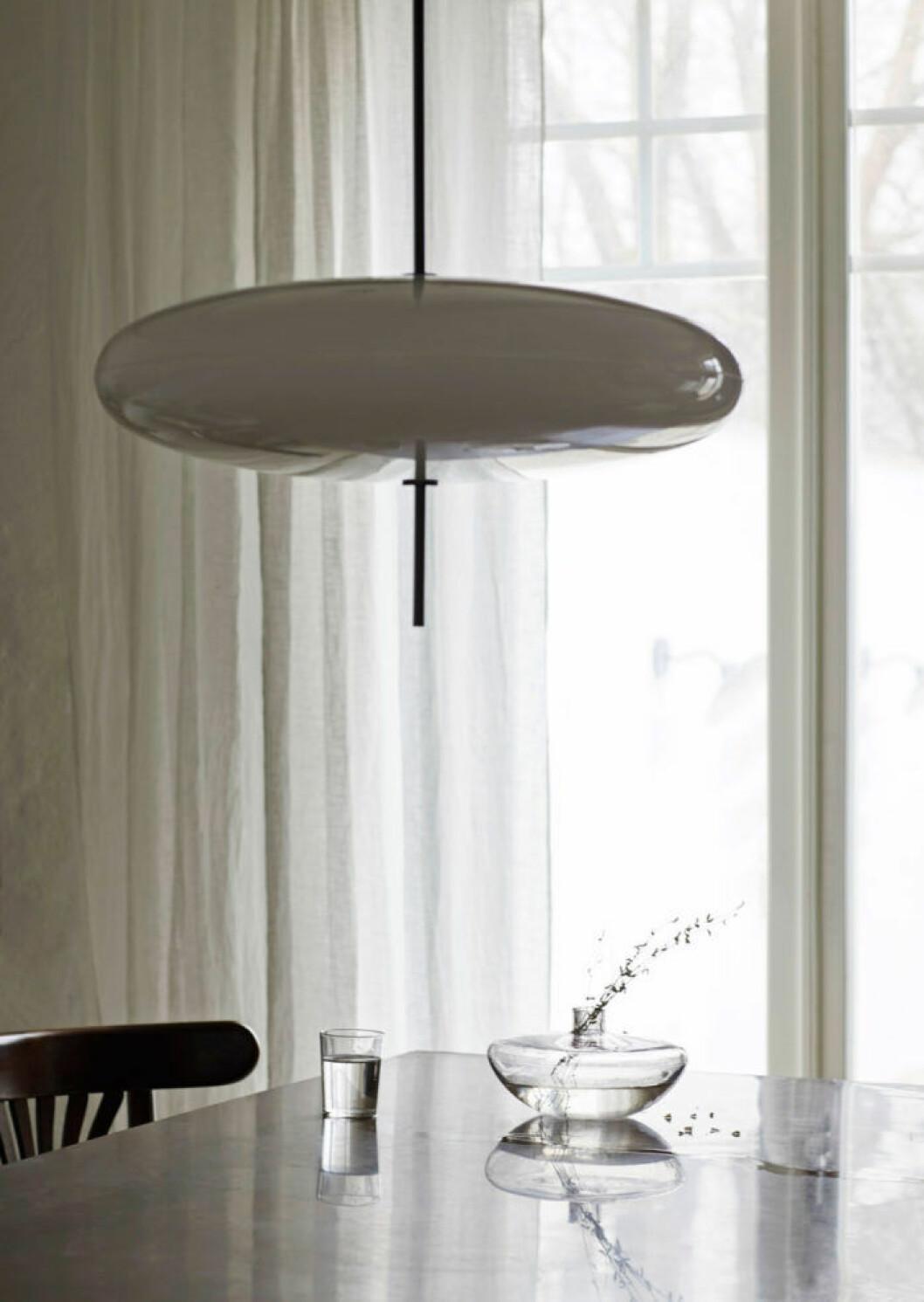 Stilren taklampa i grått från Astep