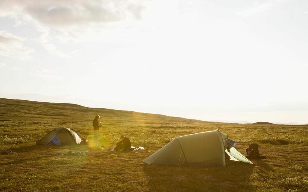 Två tält i solnedgången.