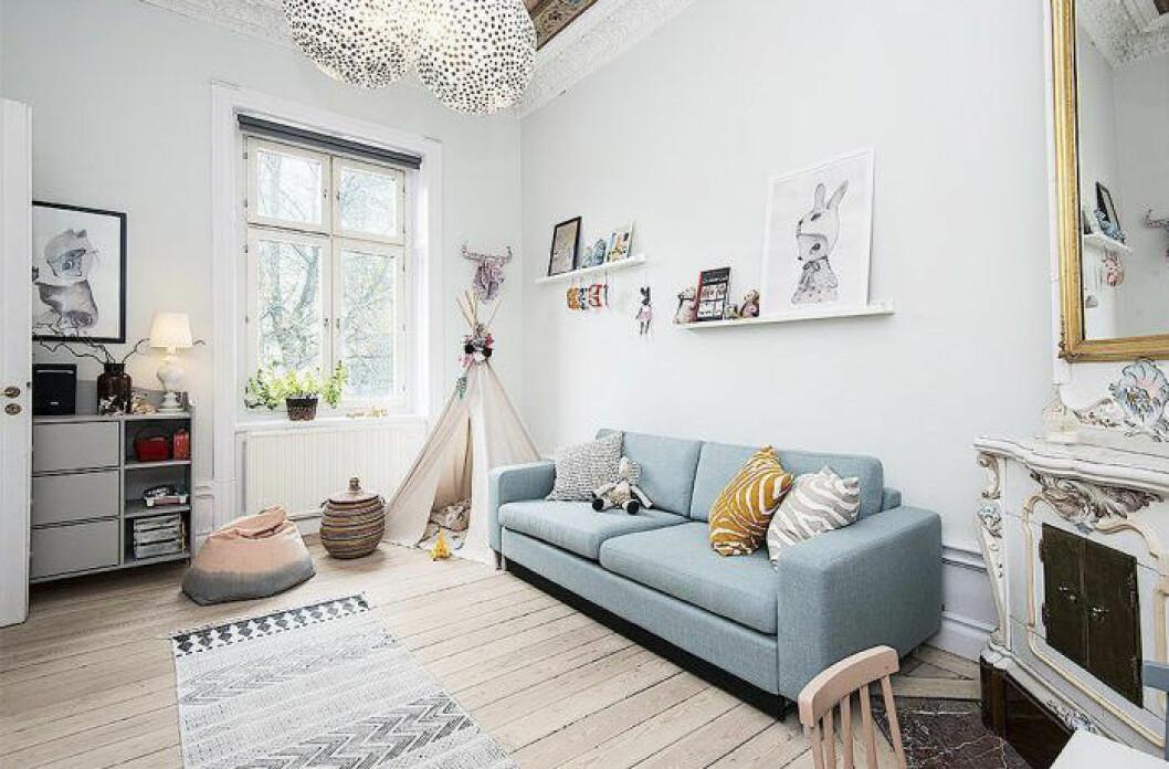 Ljusblå soffa med mönstrade textilier