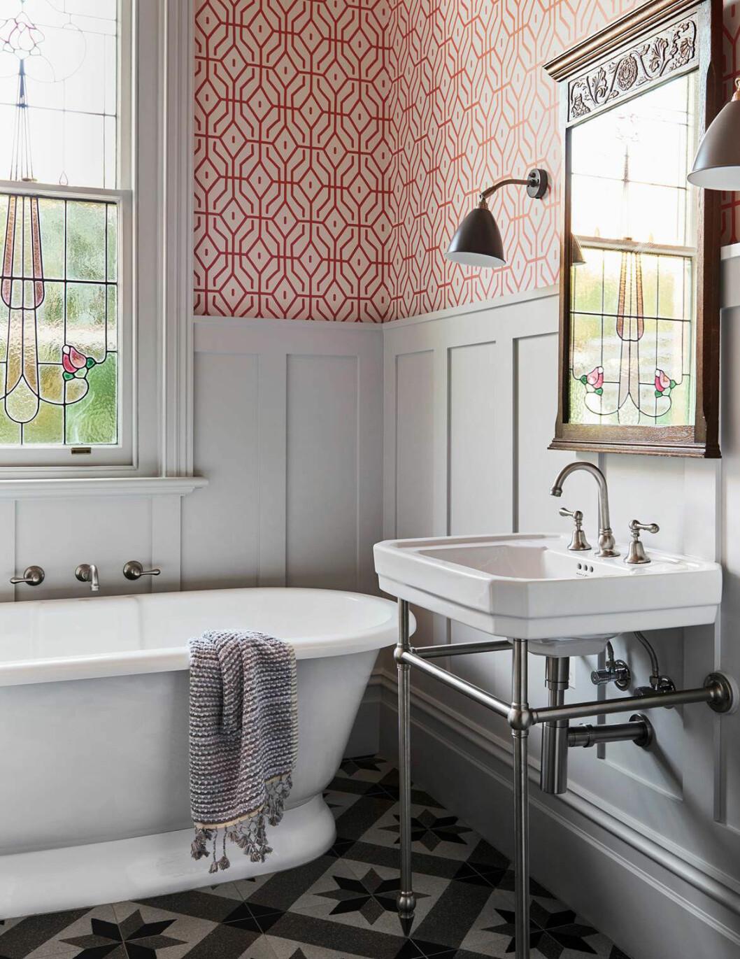 Badrum med badkar, tapet och panel