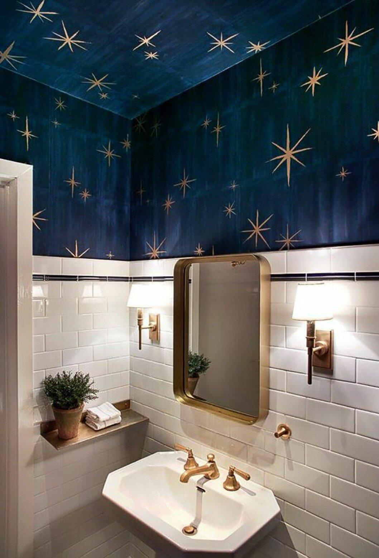 Badrum med stjärnhimmel-tapet