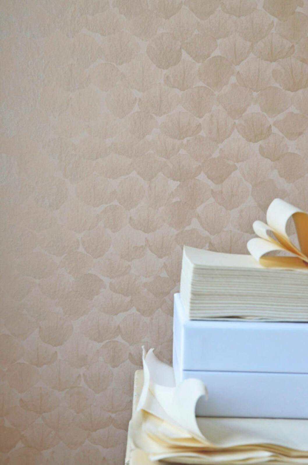 Ljusbrun tapet med mönster från Mimou