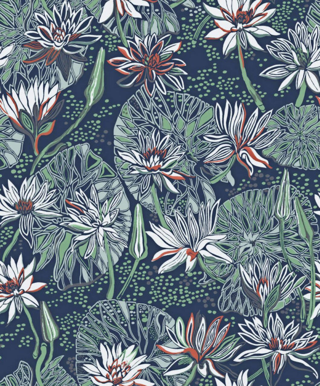 Näckrosmönstrad tapet i blått, vitt, grönt och rött från Arkiv Engblad