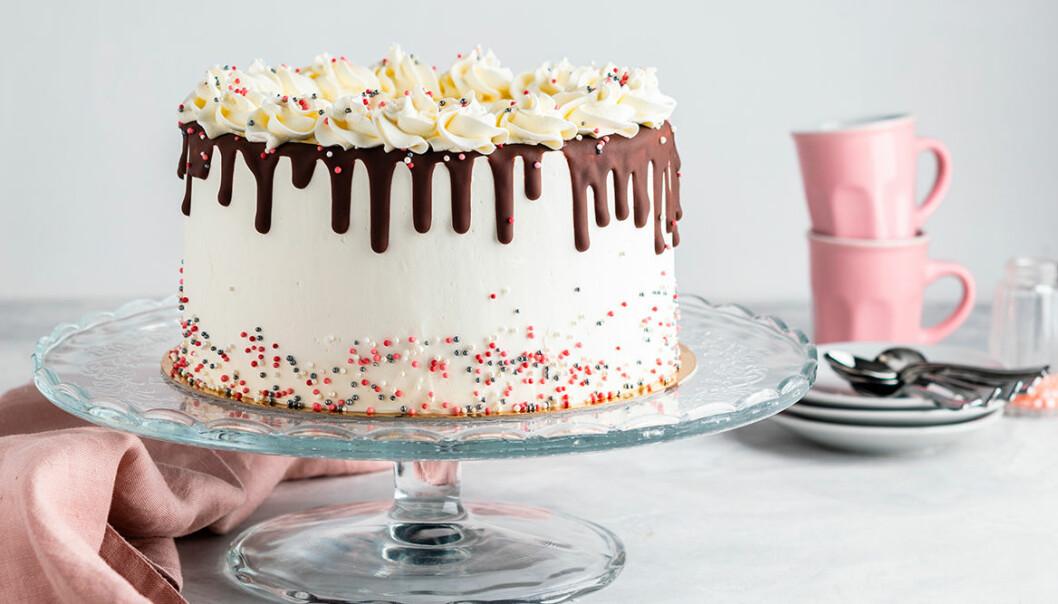 Vackra tårtfat på fot