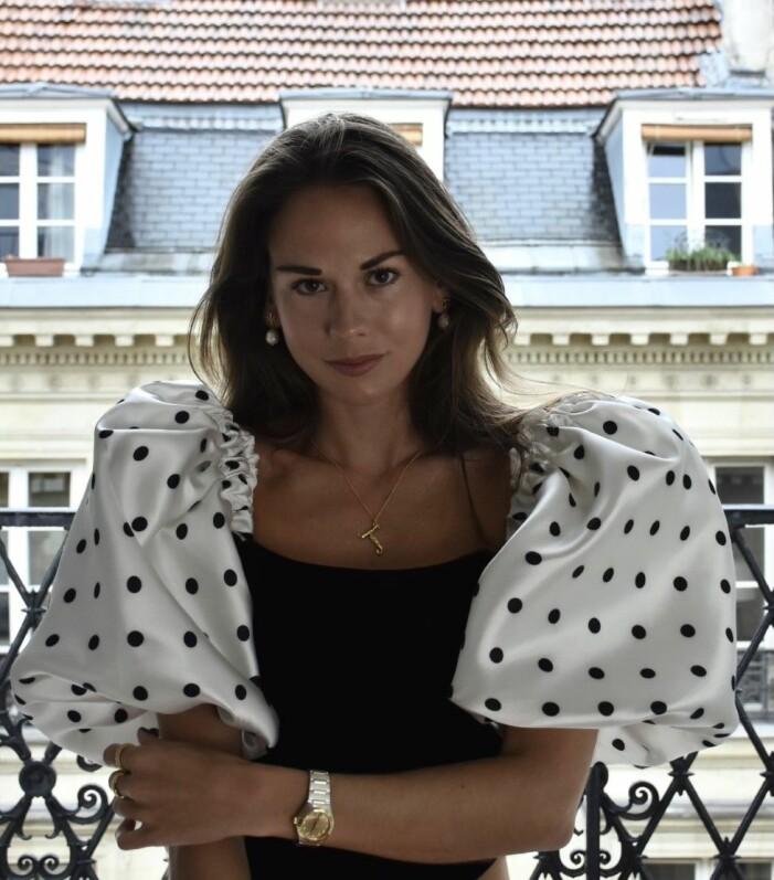 Therese Hellström tittar in i kameran och bär en topp med prickar.