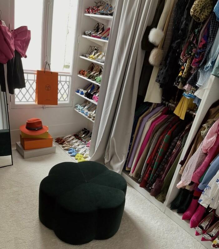 Garderob med skor och färglada kläder.