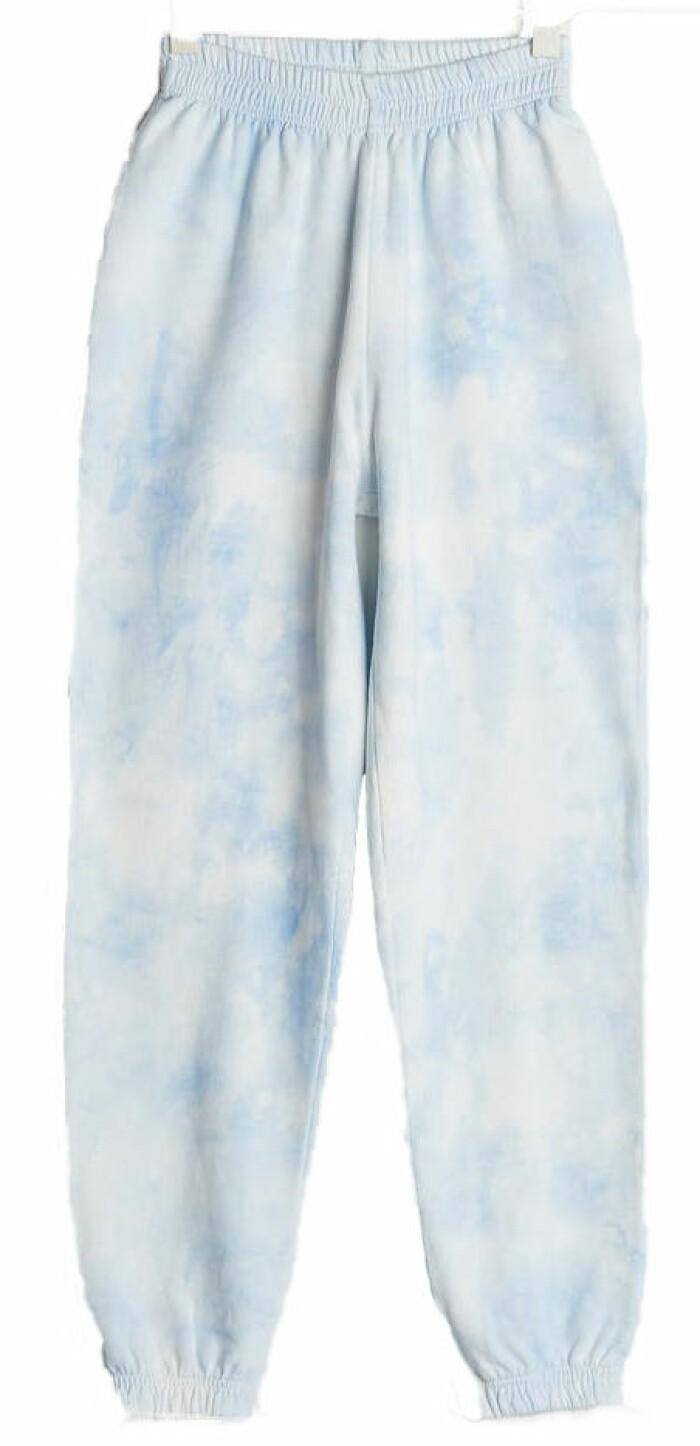 blå mjukisbyxa med tie dye mönster från Gina tricot.