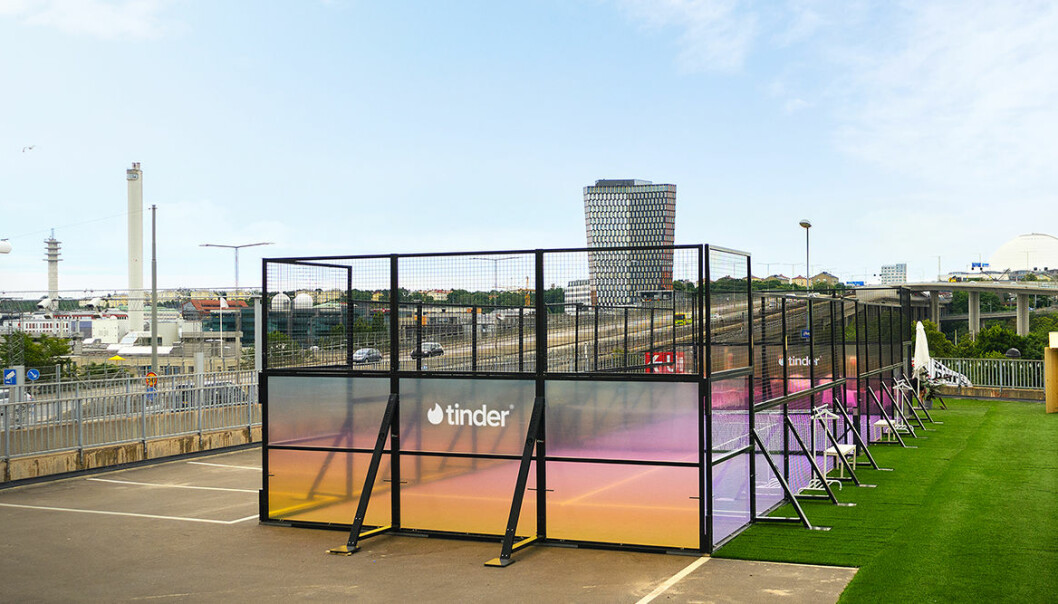Nu lanserar Tinder en exklusiv padelbana i Stockholm för sina medlemmar.